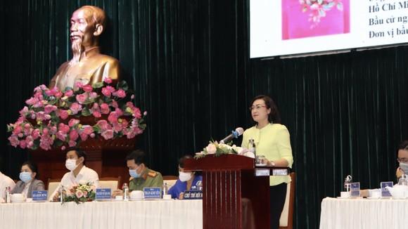 Ứng cử viên Phan Thị Thắng, Phó Chủ tịch UBND TPHCM trình bày chương trình hành động trước cử tri quận Bình Thạnh. Ảnh: THÁI PHƯƠNG