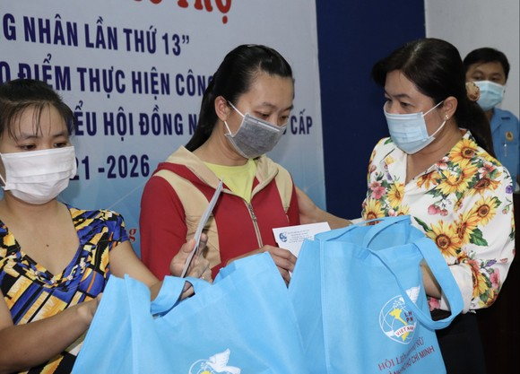 Chủ tịch Hội LHPN TPHCM trao quà nữ công nhân có hoàn cảnh đặc biệt khó khăn