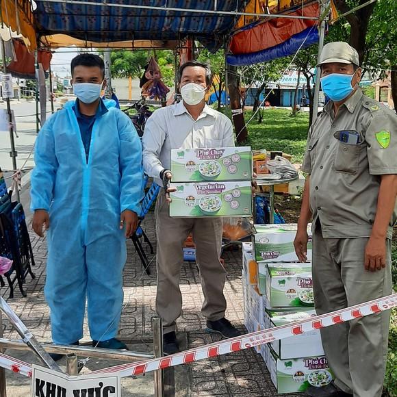 Chuyến xe chở mì, phở đến trao tại chốt kiểm soát đường D2 - Nguyễn Văn Linh (quận 7)