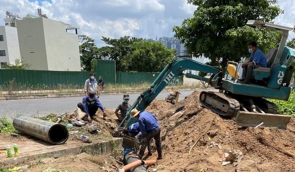 Nhân viên Công ty cổ phần Cấp nước Thủ Đức thi công đường ống vào khu cách ly trên địa bàn TP Thủ Đức