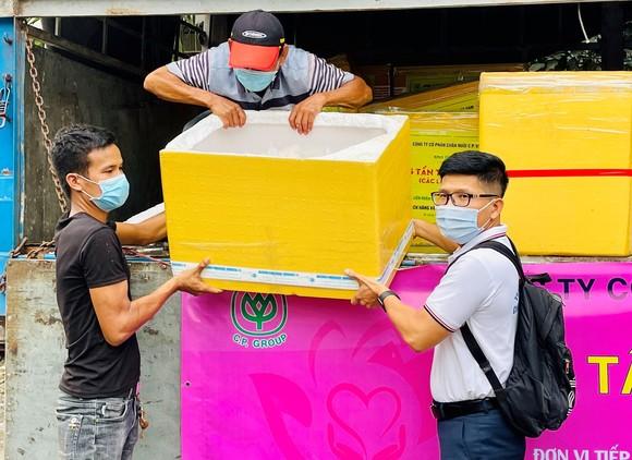 Trao hàng chục tấn cá và rau củ đến công nhân khó khăn do dịch Covid-19 ảnh 1