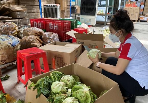 Hơn 9,5 tấn nông sản và 10.000 trứng gia cầm tặng công nhân vừa cách ly vừa sản xuất ảnh 3