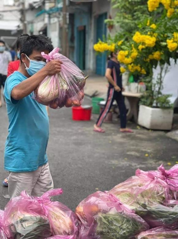 Hơn 9,5 tấn nông sản và 10.000 trứng gia cầm tặng công nhân vừa cách ly vừa sản xuất ảnh 1