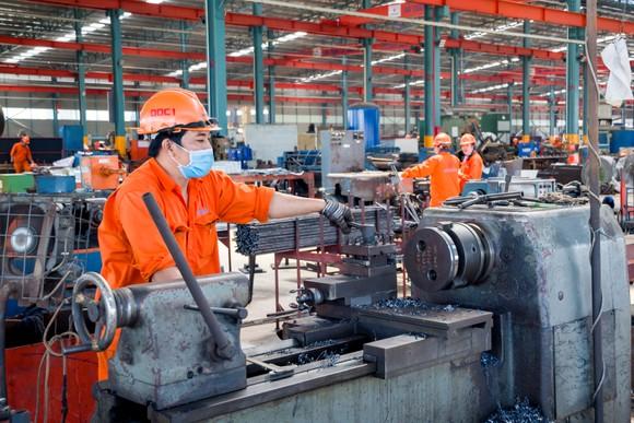 Công nhân Công ty cổ phần Cơ khí xây dựng Đại Dũng vừa sản xuất, vừa ở lại nhà máy phòng, chống dịch Covid-19