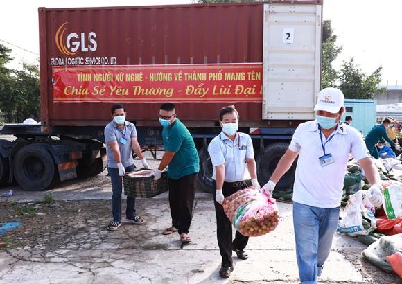 Món quà của bà con tỉnh Nghệ An đã đến TPHCM để tặng người dân khó khăn