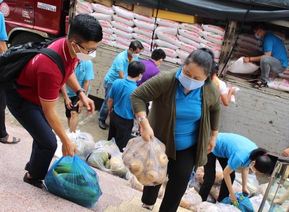Hàng chục tấn thực phẩm, nông sản từ các tỉnh ủng hộ công nhân lao động tại TPHCM ảnh 2