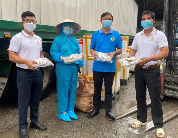 Người dân Quảng Bình tặng cá, tôm tươi đến công nhân TPHCM ảnh 1