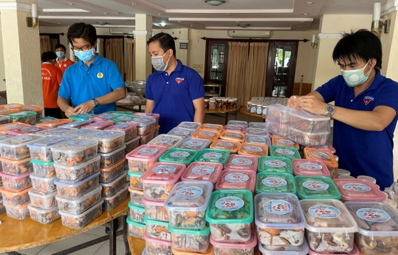 19 tấn gạo từ Trà Vinh được chuyển đến TPHCM hỗ trợ công nhân lao động ảnh 1