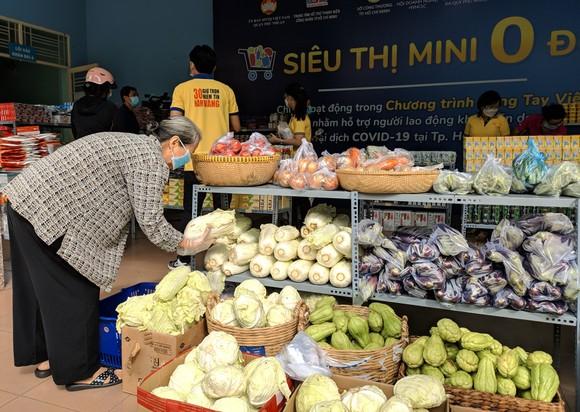 Người khó khăn chọn mua thực phẩm tại siêu thị 0 đồng ngày 25-7
