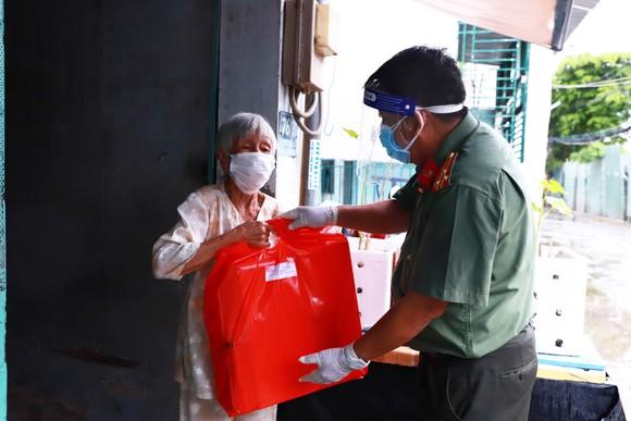 Lãnh đạo TPHCM trao 300 phần quà đến người dân sau cách ly ảnh 2