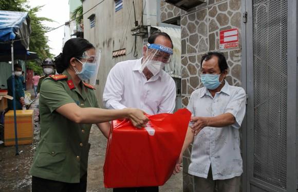 Lãnh đạo TPHCM trao 300 phần quà đến người dân sau cách ly ảnh 1