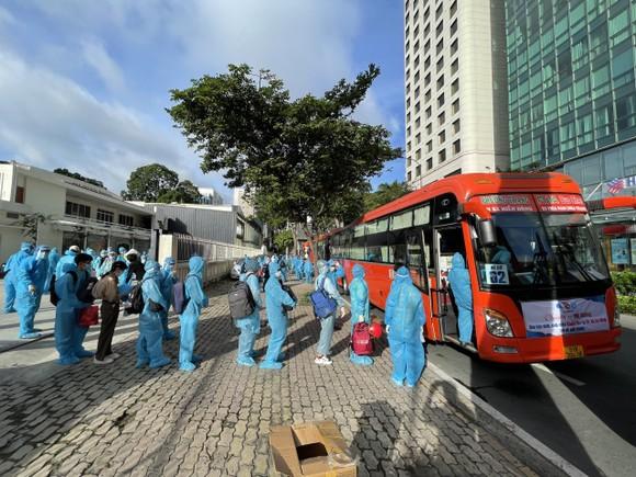 Sinh viên Khánh Hòa xuất phát về quê sáng 1-8 đều được trang bị đồ bảo hộ