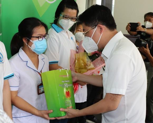 Đội Đồng hành cùng F0 khỏi bệnh đến từng nhà F0 tặng thuốc, thăm khám, tư vấn sức khỏe ảnh 1
