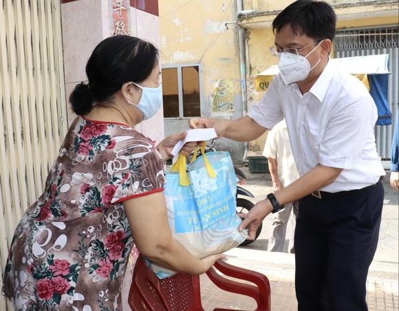 Bí thư Quận ủy quận 5 Nguyễn Mạnh Cường trao túi an sinh người dân khó khăn tại phường 8