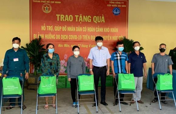 Đại diện Sawaco trao quà đến người dân khó khăn tại huyện Hóc Môn