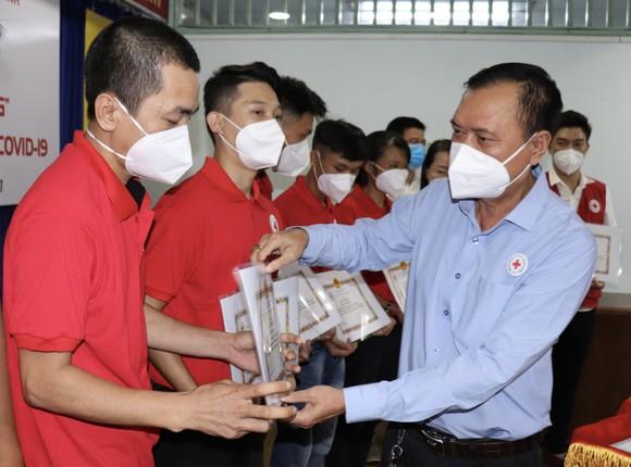 Chủ tịch Hội Chữ thập đỏ TPHCM Trần Trường Sơn trao giấy khen cho tình nguyện viên