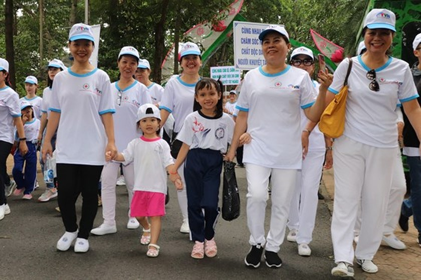 5,000 city dwellers walk to fundraise for AO victims, disabled ảnh 1