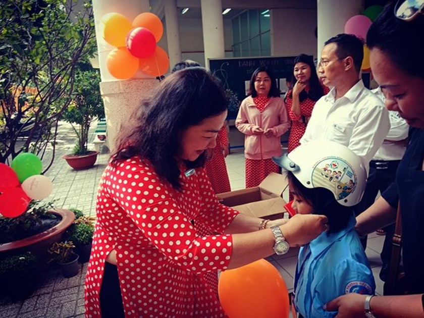 Students in HCMC come back to school ảnh 5
