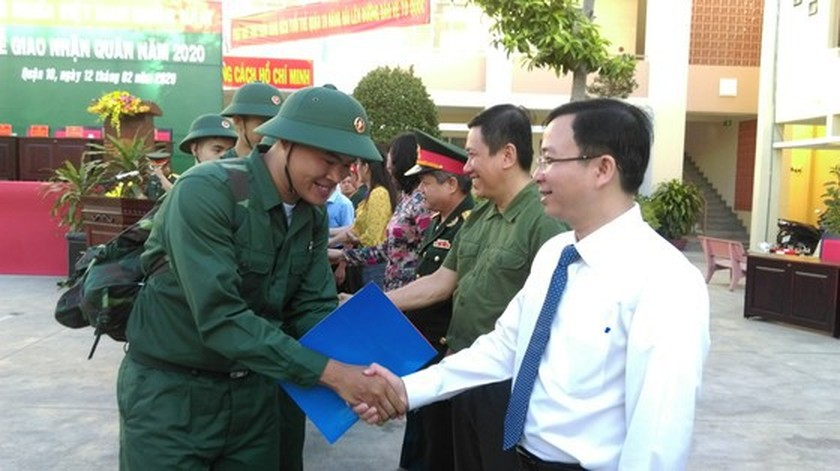 Young people in HCMC enthusiastically perform military services ảnh 8