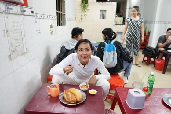 Miss Universe Vietnam discovers banh mi shops in HCMC ảnh 2