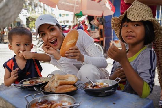 Miss Universe Vietnam discovers banh mi shops in HCMC ảnh 1