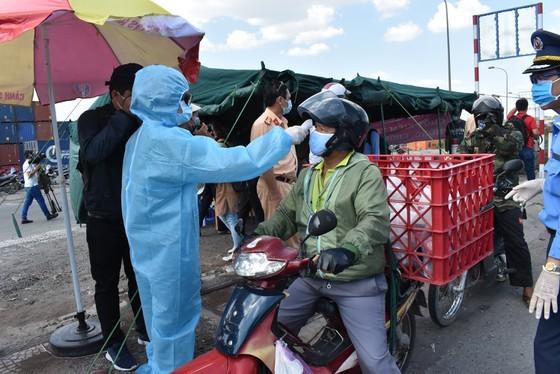 People undergo medical checks before entering HCMC amid wake of Covid-19 ảnh 2