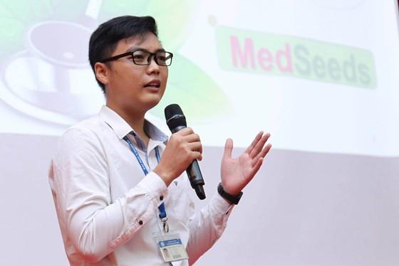 56 outstanding medicine students given Nguyen Van Huong scholarships ảnh 4