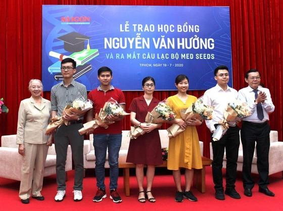 56 outstanding medicine students given Nguyen Van Huong scholarships ảnh 2