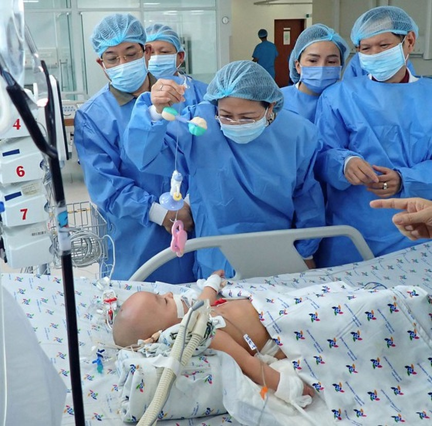 Vice President congratulates surgery team while visiting twins in hospital ảnh 2