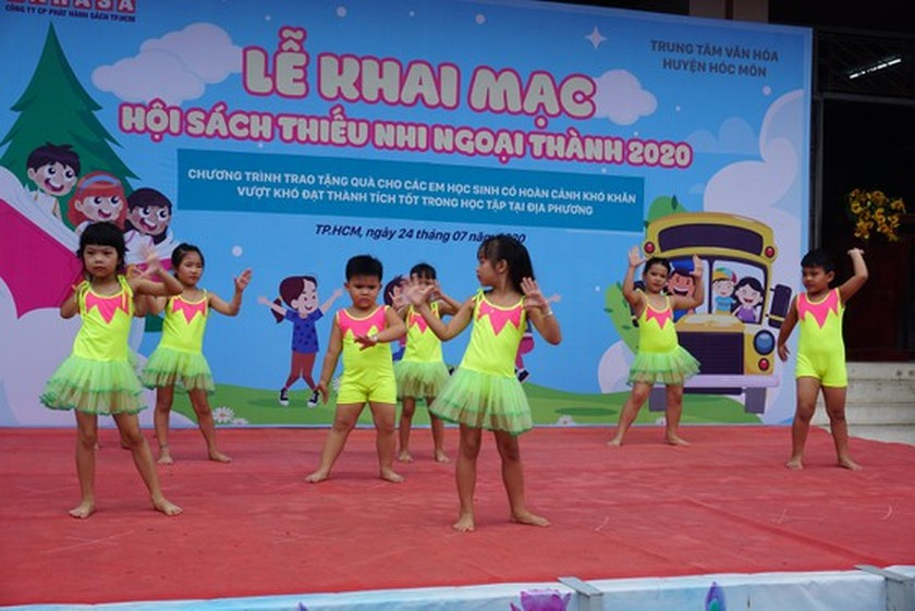 Over 30,000 books introduced in book festival in suburban district ảnh 1