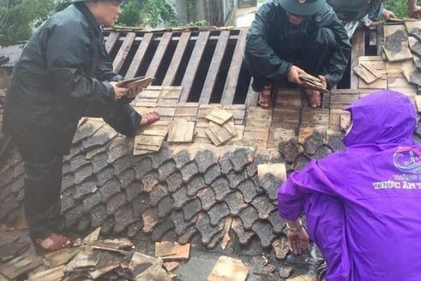 In addition to deaths, storm Noul blows roofs off 22,000 houses in central region ảnh 1