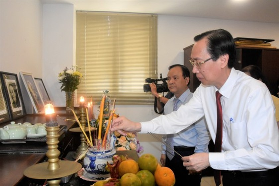 City leaders congratulate outstanding teachers on Vietnamese Teachers' Day ảnh 1