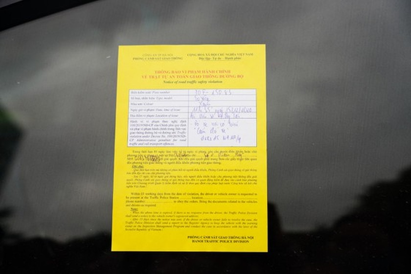 Hanoi drivers shocked at parking tickets on car windshields ảnh 1