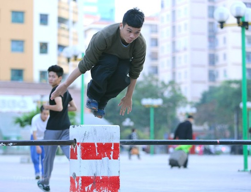 Street workout attracts young people in HCMC ảnh 1
