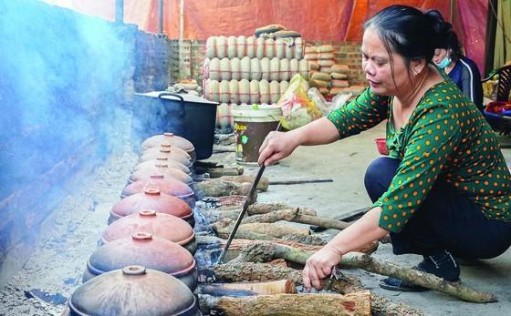 Vu Dai villagers start braising traditional fish for Tet holiday ảnh 1