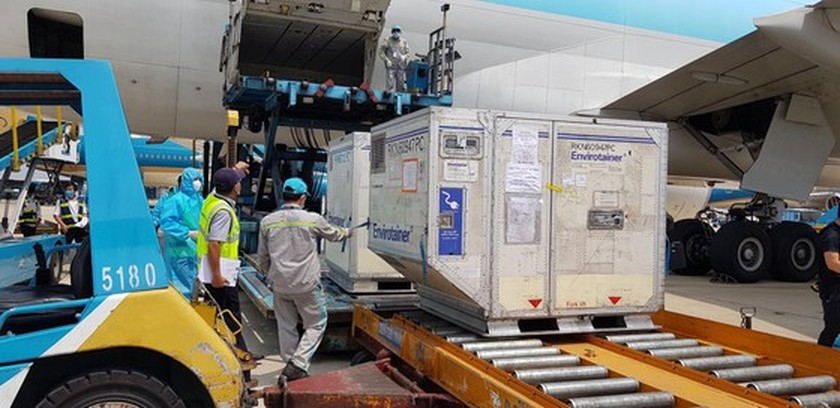 First 117,600 doses of Covid-19 vaccine arrive in Vietnam ảnh 2