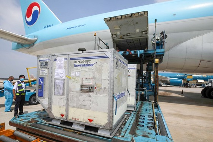 First 117,600 doses of Covid-19 vaccine arrive in Vietnam ảnh 3