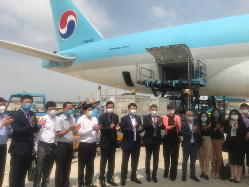 First 117,600 doses of Covid-19 vaccine arrive in Vietnam ảnh 1