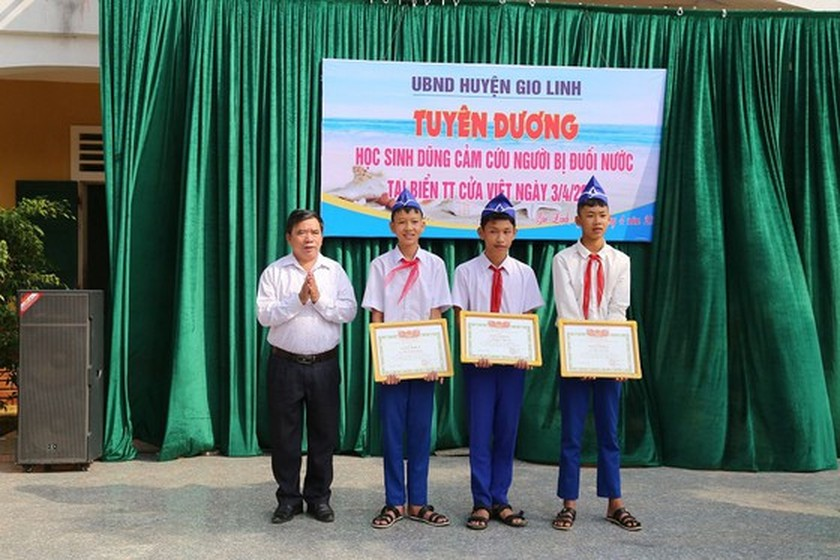 Three eight graders honored for heroic efforts in rescuing friends ảnh 1