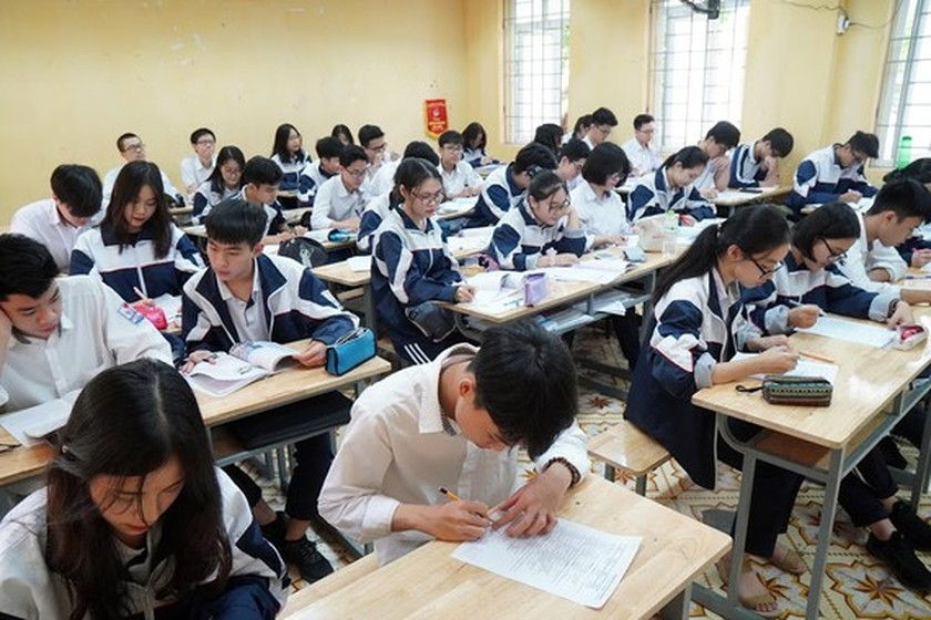 Ministry petitions for unchanging tuition fee to share financial burden with students ảnh 1