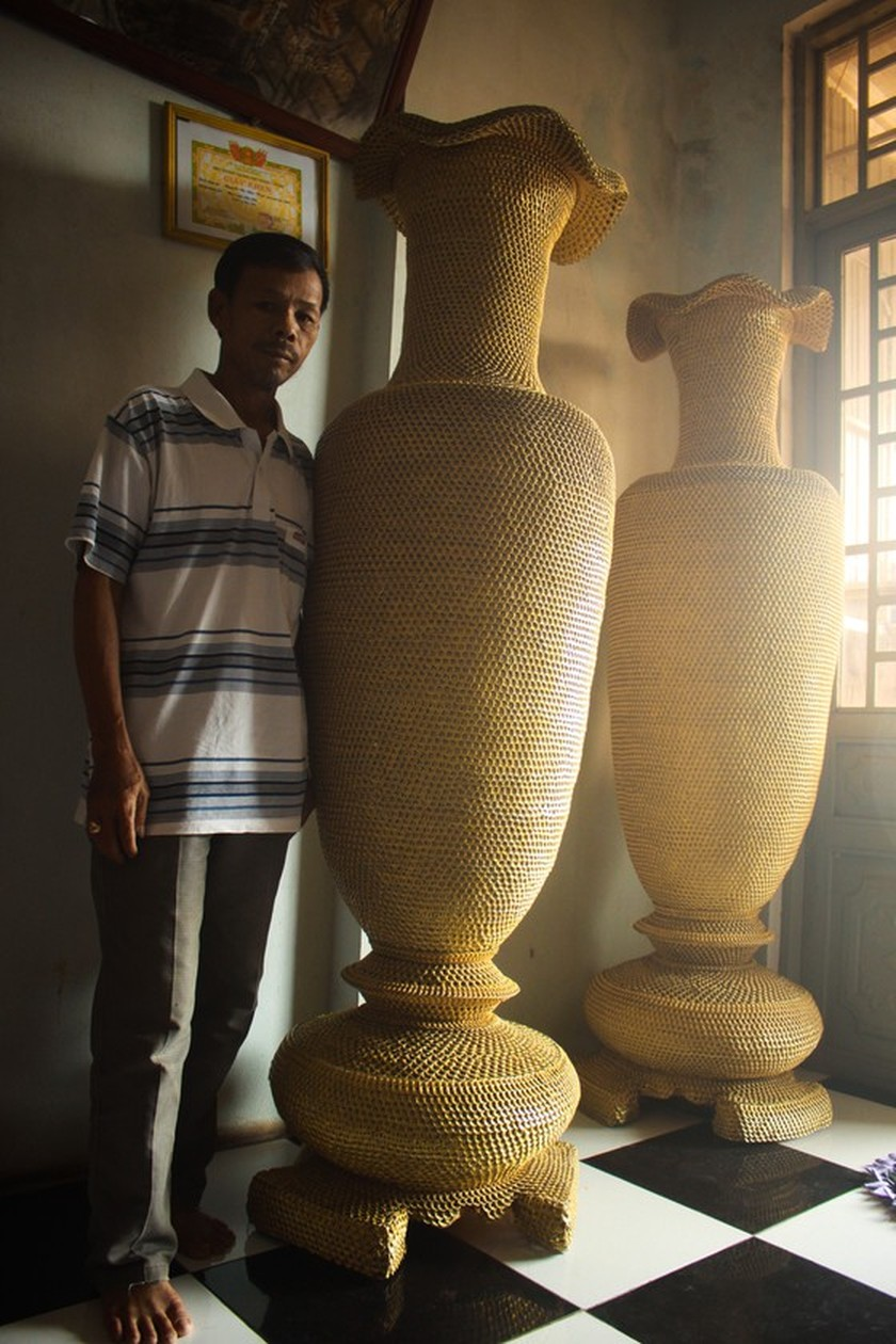 1.86m high vases made from 10 million can ring pulls ảnh 1