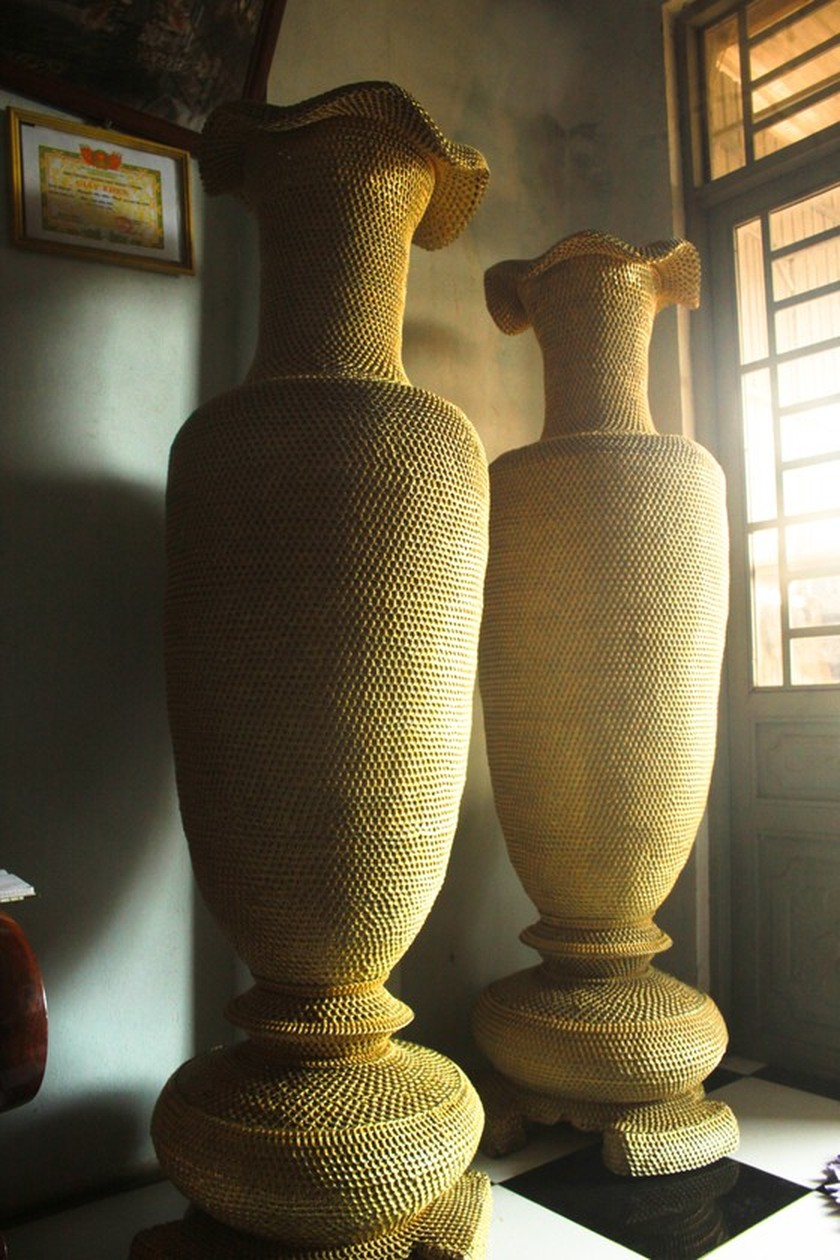 1.86m high vases made from 10 million can ring pulls ảnh 2