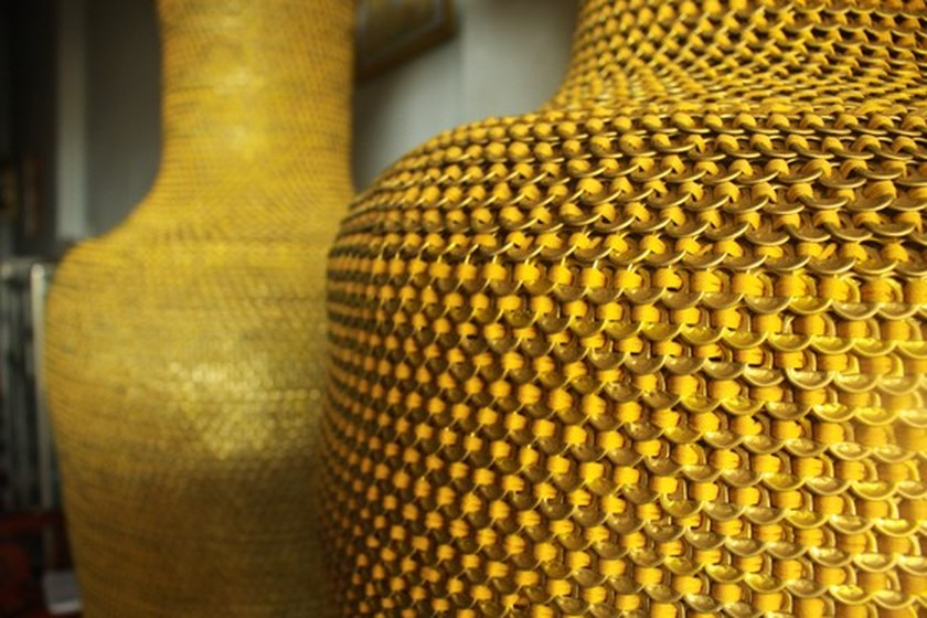 1.86m high vases made from 10 million can ring pulls ảnh 4