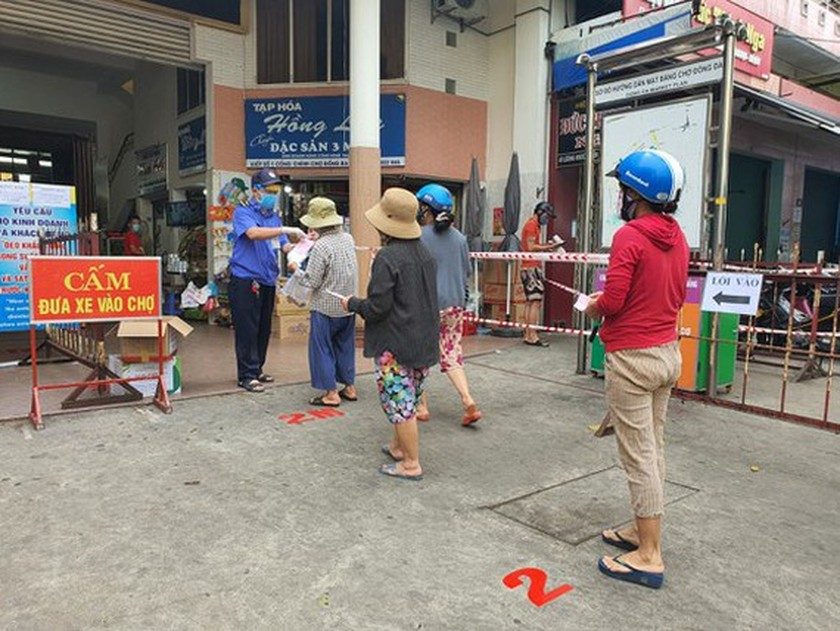Da Nang issues cards to market goers from May 8 to prevent Covid-19 spread ảnh 1