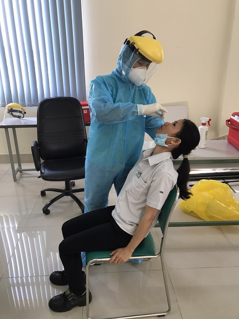 HCMC collects samples of workers in EPZs, IZs for tests of coronavirus ảnh 1