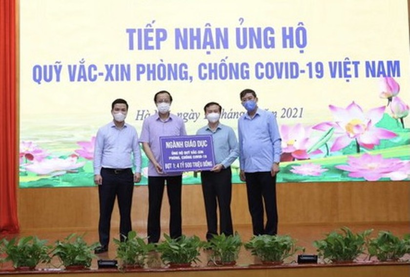 Education sector donates US$196,396 for vaccine fund ảnh 1