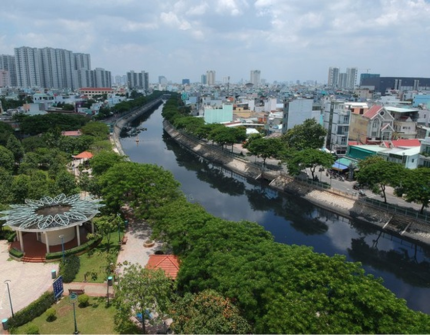 Harsh punishment imposed on owners of illegally-built temporary house along canals ảnh 1