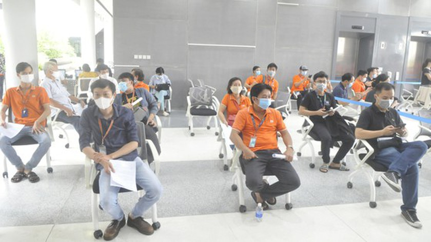 HCMC's largest-ever Covid-19 vaccination drive starts with 500 employees ảnh 5