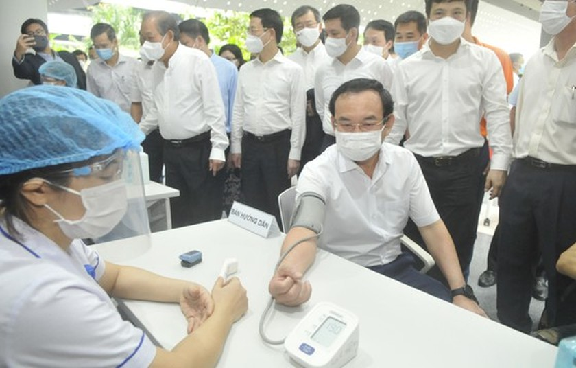 HCMC's largest-ever Covid-19 vaccination drive starts with 500 employees ảnh 1