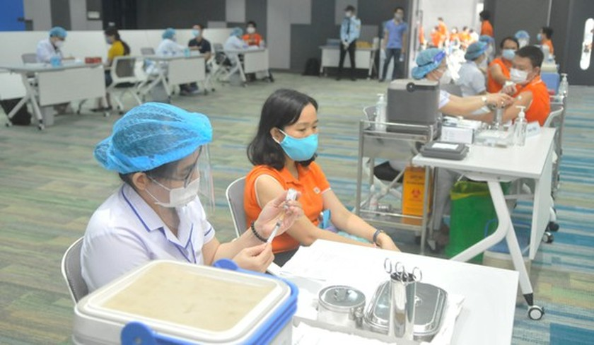 HCMC's largest-ever Covid-19 vaccination drive starts with 500 employees ảnh 4